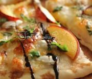Летняя пицца с персиками