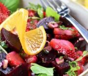 Салат с маринованной клубникой и свеклой