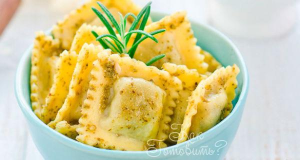 Равиоли с сыром, вялеными помидорами и орехами