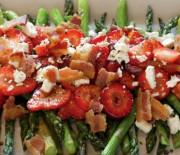 Салат с жареной спаржей и клубникой