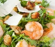 Салат с креветками, рукколой и сыром