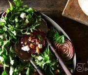 Салат с жареным луком и ореховой заправкой